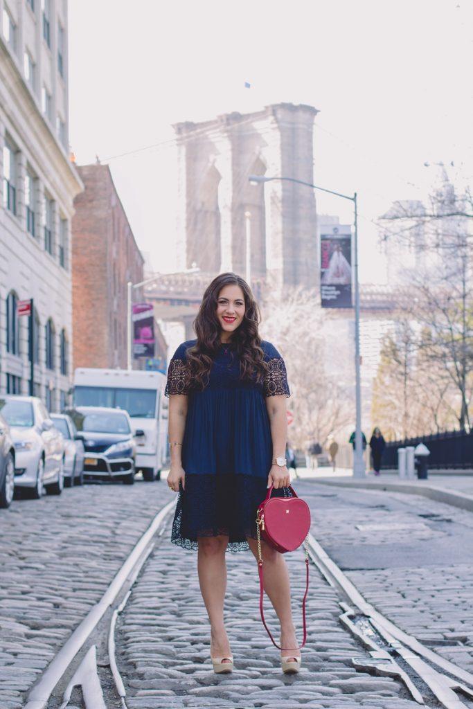 Những chiếc váy babydoll tối màu diện cùng giày cao gót màu nude bao giờ cũng là một combo hoàn hảo cho mọi cô nàng mũm mĩm với chiều cao khiêm tốn