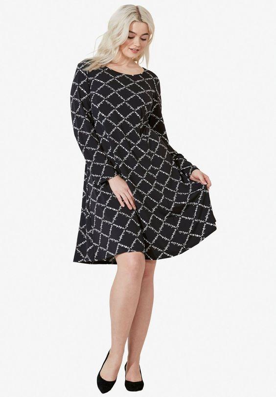 Chiếc váy chữ A phù hợp với mọi vóc dáng. Sự dễ tính và khả năng mix-match của chúng đánh gục trái tim mọi cô nàng