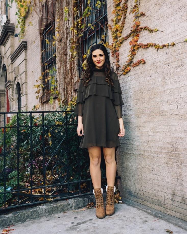 """Để khác biệt và điệu đà hơn, bạn cũng có thể tìm những chiếc váy có chi tiết bèo nhẹ nhàng như cô bạn này. Vừa xinh xắn, thoải mái lại vẫn """"giấu nhẹm"""" được đi vóc dáng không mấy hoàn hảo của bản thân"""